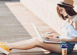 Chava con laptop.