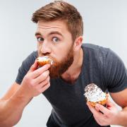 Hombre comiendo postre