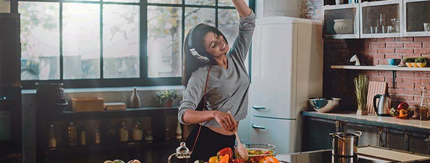 Chava fit bailando cocina.