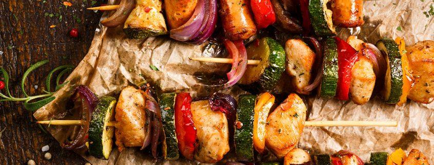 Brochetas de pollo con verduras.